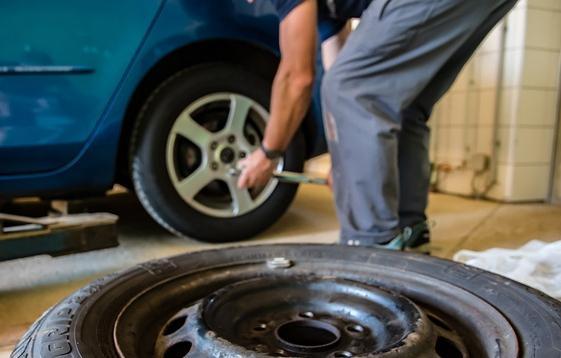 Reifen wechseln mit Wagenheber