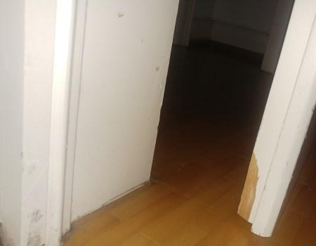 Schmutzige und kaputte Echtholz-Tür